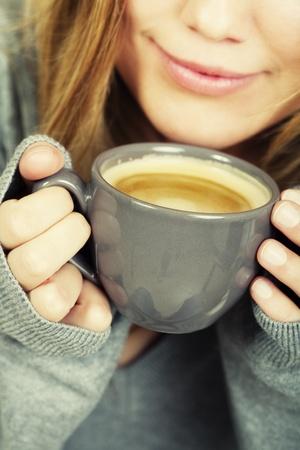 sueteres: mujer con taza de caf� y sonrisas Foto de archivo