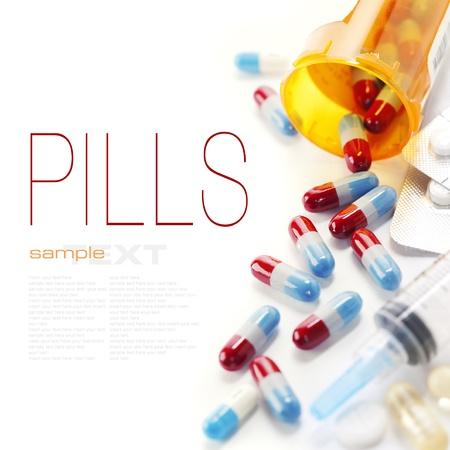 drogue: Pilules d�bordant de bouteille de pilules et de seringues isol� sur blanc (avec le texte de l'�chantillon)