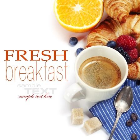 Desayuno con café fresco, croissants frescos y frutas (con texto de ejemplo)
