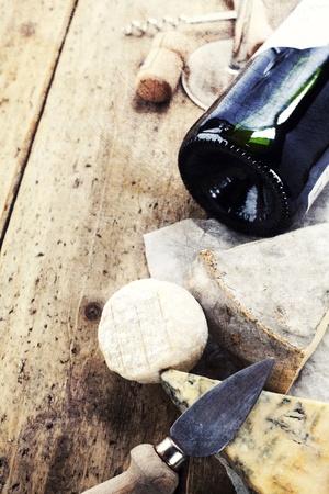 tabla de quesos: Naturaleza muerta con vino tinto y el queso