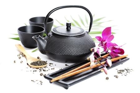 chinese tea pot: Concepto de comida asi�tica (t� verde, las orqu�deas y los palillos)