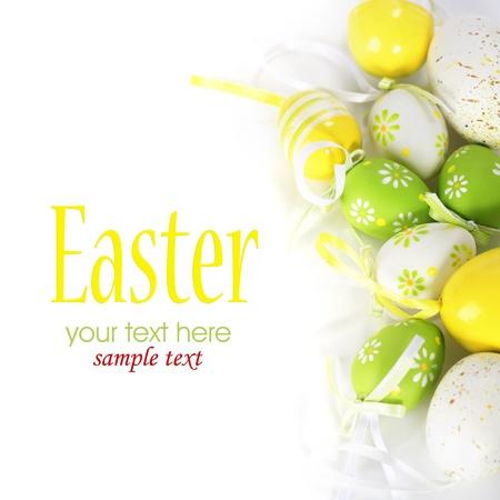 buona pasqua: Uova di Pasqua colorate dipinte su sfondo bianco (con testo di esempio)