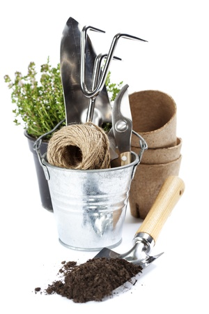 turf: tuingereedschap (schop, hark, snoeischaar, koord en turf potten) over wit Stockfoto