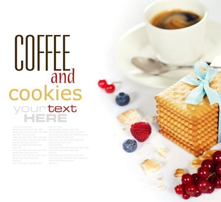 Verse koffie en koekjes met bessen op witte achtergrond (met voorbeeld tekst)