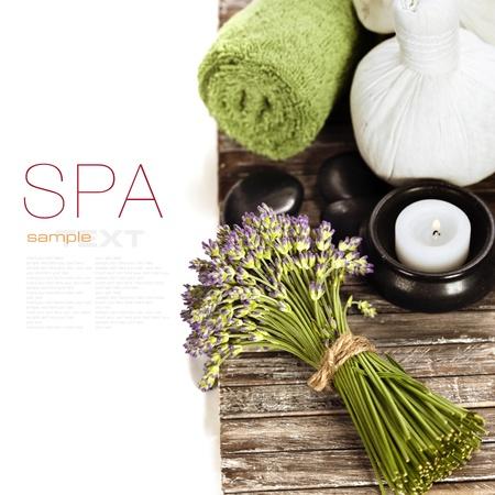 lavendel spa (verse lavendel bloemen, candlel, zen stenen, kruiden massage ballen, handdoek) op een houten bord (met eenvoudig verwijderbare tekst)