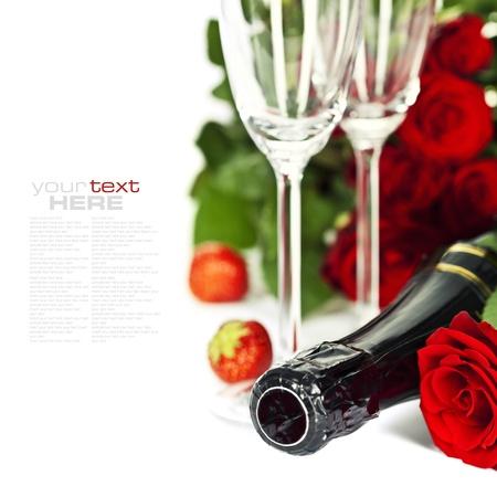 brindisi champagne: Romantico natura morta con champagne, rose rosse e bella fragola over white (con testo semplice rimovibile) Archivio Fotografico