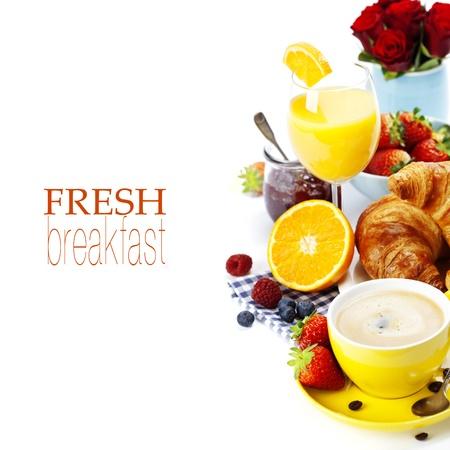 Desayuno con croissants, café y zumo de naranja (con el texto extraíble fácil)