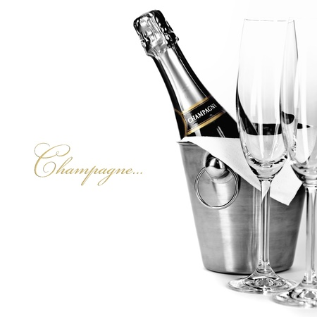 bouteille champagne: Une bouteille de champagne dans la glacière et deux verres de champagne (avec exemple de texte facilement démontable) Banque d'images