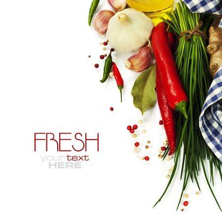 cebollin: Un manojo de cebolletas frescas y verduras sobre blanco (con el texto extraíble fácil)