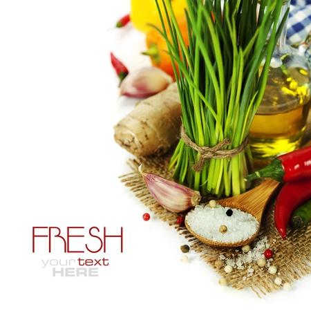 cebollin: Un manojo de cebolletas frescas y verduras sobre blanco (con el texto extra�ble f�cil)