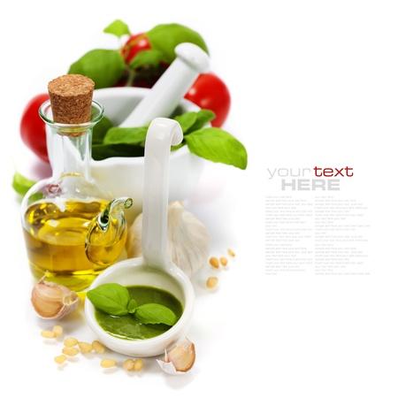 aceite de cocina: Primer plano de pesto recién hecho con el texto de muestra fácil desmontable