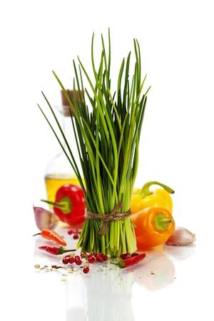 cebollin: Un manojo de cebolletas frescas y verduras sobre blanco