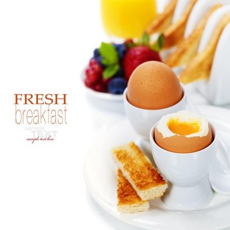 Leckeres Frühstück mit Eiern, frischem Toast, fructs und Saft (mit leicht abnehmbare Text)