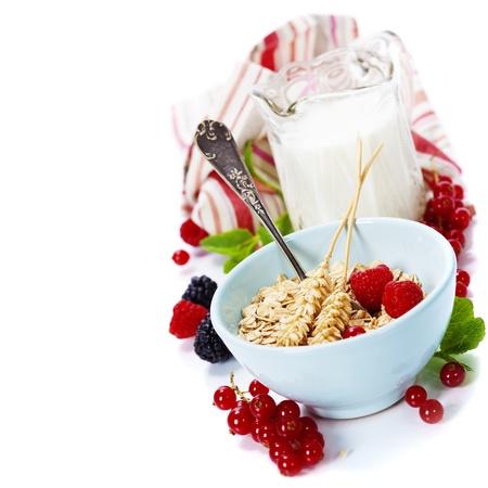 comiendo cereal: tazón de copos de avena, frutas y leche fresca en el fondo blanco - concepto de salud y la dieta