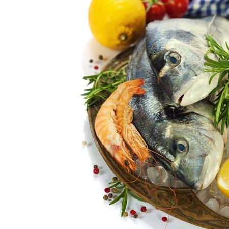 comida congelada: mariscos frescos y verduras en el hielo Foto de archivo