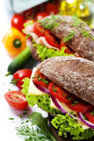 sandwich de pollo: Grano s�ndwiches de pan con jam�n, queso y verduras frescas sobre blanco