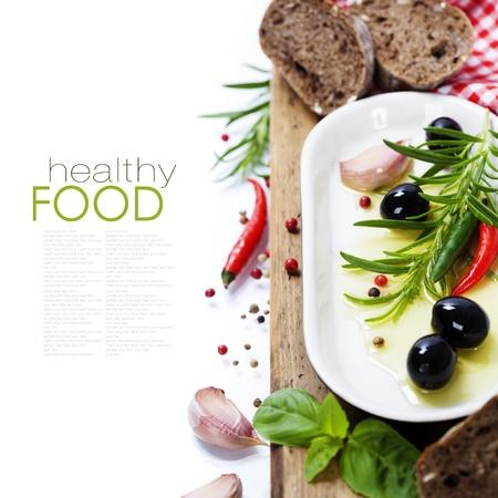 hoja de olivo: Las aceitunas y el aceite de oliva en una vieja tablel