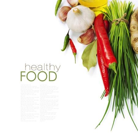 cebollin: Un manojo de cebolletas frescas y verduras sobre blanco (con el texto extra?ble f?cil) Foto de archivo