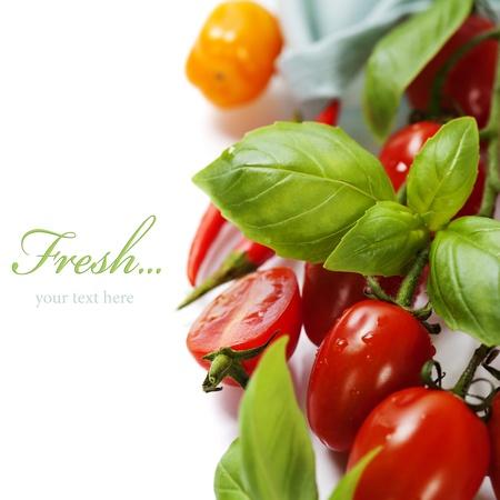 フレッシュ トマトとバジルの (簡単なリムーバブル サンプル テキスト付き) ホワイト バック グラウンド
