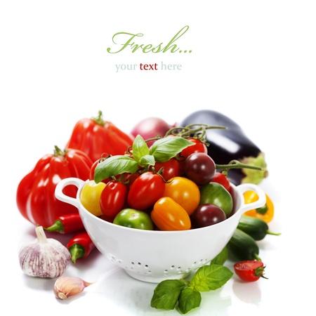 cebollin: Tomates de colores surtidos y verduras en un colador sobre fondo blanco - concepto de alimentación saludable (con texto fácil de la muestra extraíble) Foto de archivo