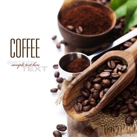 Chicchi di caffè e un vecchio cucchiaio di legno (con testo di esempio) Archivio Fotografico - 21048132