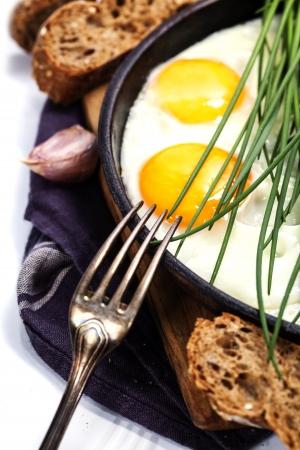 huevos fritos: Huevos fritos con verduras frescas sobre blanco Foto de archivo