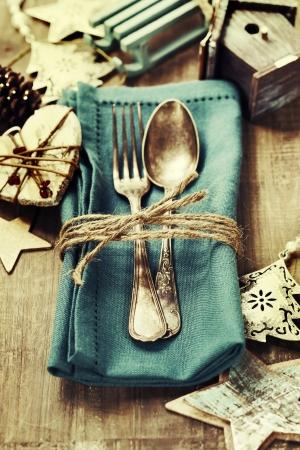 familia cenando: Cubierto de mesa de Navidad con adornos navide�os Foto de archivo