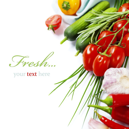 (簡単なリムーバブル サンプル テキスト付き) 白い背景の上に新鮮な野菜