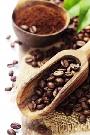 커피 원두와 오래 된 나무 국자