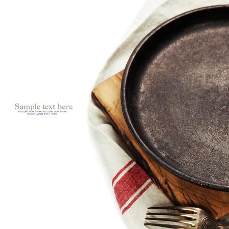 utensilios de cocina: vieja sartén de fundición en blanco