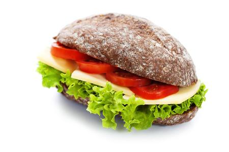 Graan brood sandwiches met ham, kaas en verse groenten over wit - gezond eten concept