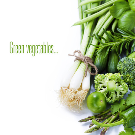 verse groene groenten op een witte achtergrond (met eenvoudig verwisselbare voorbeeld tekst) Stockfoto