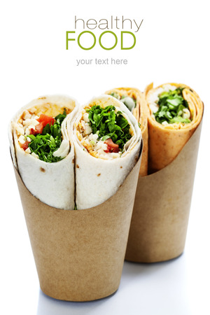 白で隔離される新鮮な野菜と鶏のトルティーヤ ラップ