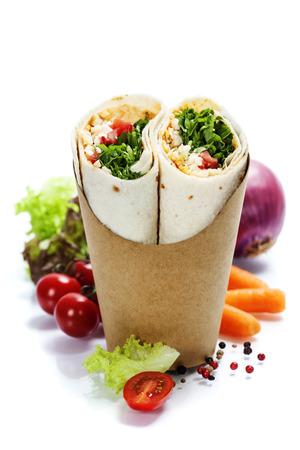 チキンと新鮮な野菜を白で隔離のトルティーヤ ラップ 写真素材
