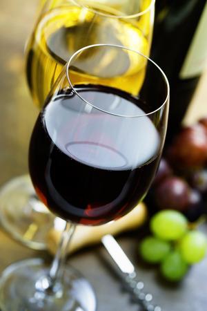 white wine bottle: Vino y uva en madera Foto de archivo