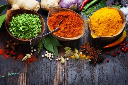 Specerijen en kruiden over Wood. Voedsel en keuken ingrediënten. Stockfoto