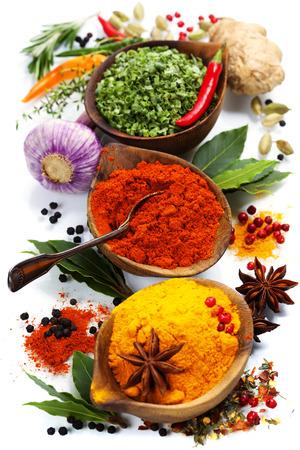 Specerijen en kruiden over wit. Voedsel en keuken ingrediënten.