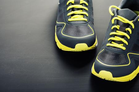 Sportschoenen op een grijze achtergrond