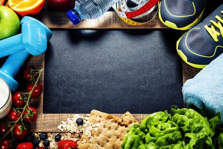 comidas saludables: Diferentes herramientas para el deporte y el alimento de la dieta - el deporte, la salud y el concepto de dieta