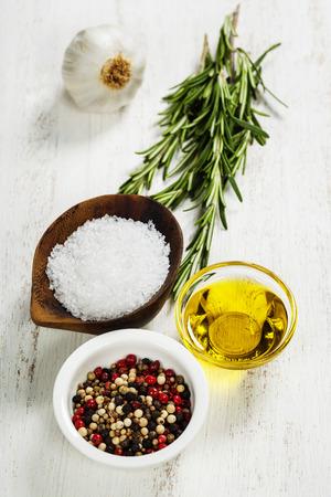aceite de cocina: Hierbas y especias en la tabla de madera