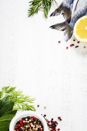 verse dorado vis en groenten op een houten bord - eten en drinken