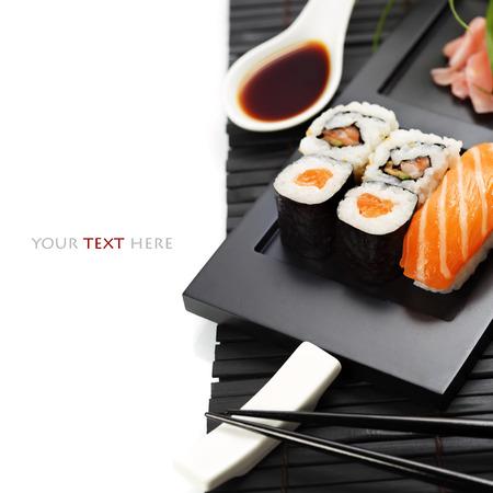 japones bambu: Set de sushi servido en un plato Foto de archivo