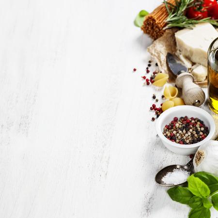 pasta italiana con verdure, erbe aromatiche, spezie, formaggi e olio d'oliva
