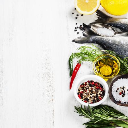 verse dorado vis en groenten op houten bord - eten en drinken Stockfoto