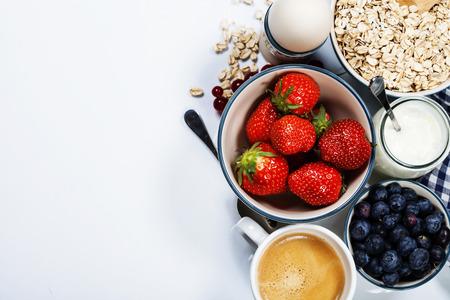 dieta saludable: Desayuno saludable - yogur con muesli y bayas - Concepto de salud y la dieta