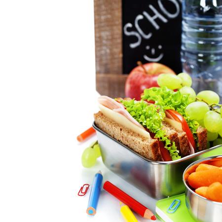 jamon y queso: almuerzo escolar y la tarjeta de tiza en blanco sobre blanco