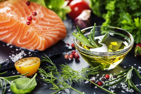 건강에 좋은 음식, 다이어트 또는 요리 개념 - 향기로운 허브, 향신료, 야채와 신선한 연어 등심의 맛있는 부분