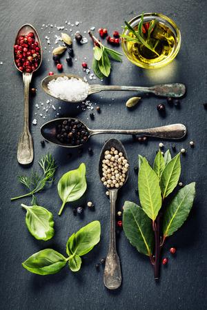 Örter och kryddor urval - örter och kryddor, gamla metall skedar och skiffer bakgrund - matlagning, hälsosam kost
