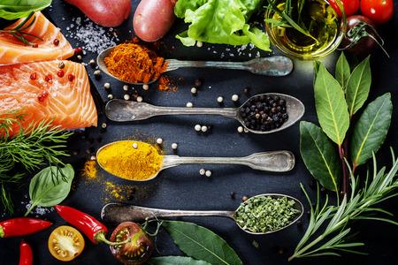 Partie de délicieux filet de saumon frais avec des herbes aromatiques, des épices et des légumes - des aliments sains, l'alimentation ou concept de cuisine Banque d'images - 29035575