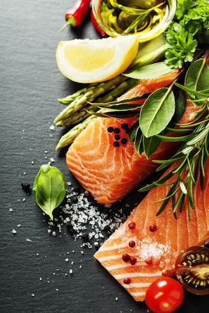 新鮮なサーモン フィレ肉の芳香のハーブ、スパイスおよび野菜 - 健康食品、ダイエットや料理の概念のおいしい部分